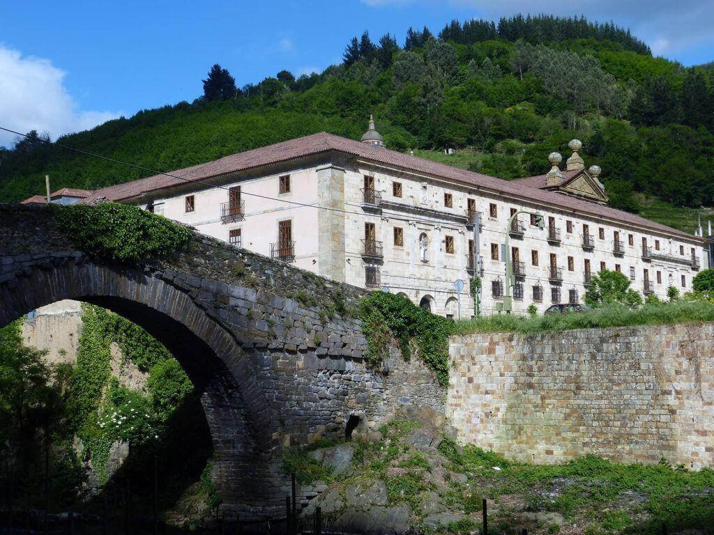 """Visita teatralizada """"tras los pasos de piñolo y aldonza en el Monasterio de Corias"""""""